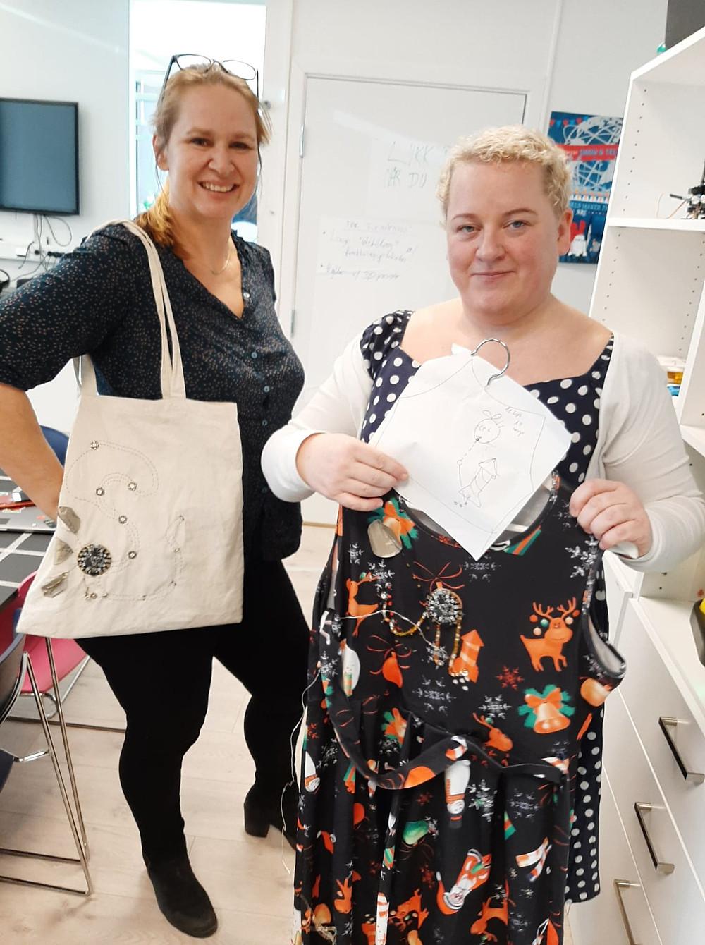 Vibeke Lauridsen Guttormsgaard og Kristine Sevik viser fram noen av produktene de har laget.