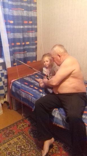 Внучка, готовит деда к рыбалке!.jpg