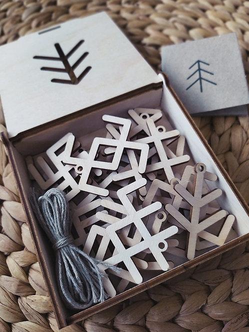 Mediniai žaisliukai su baltiškais simboliais