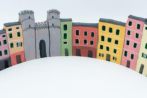 Fila di case di terracotta dipinta