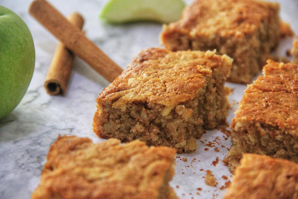 עוגה בחושה, עוגה, בחושה, תפוחים, קינמון, דבש, ללא גלוטן, עוגה ללא גלוטן, מתכונים ללא גלוטן, מתכונים פליאו, עוגת תפוחים פליאו, דרך טבע, קמח דרך טבע, מתכונים דרך טבע