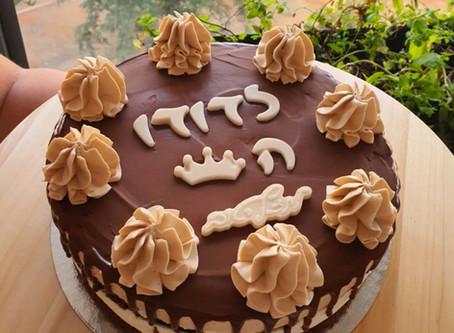 עוגת יומהולדת דודו-שכבות שוקולית, שוקולד לבן מוקצף, שנטי קפה, גנאש שוקולד מריר וקצפת קפה ללא גלוטן