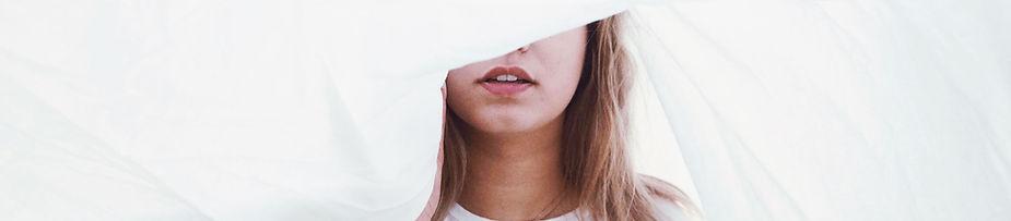 Jente med laken over hodet