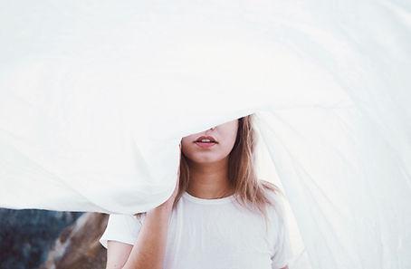 Chica detrás de una hoja