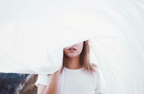 Meisje achter een vel