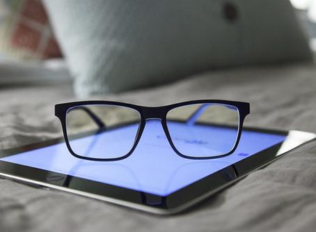 ¿Qué tan necesarios son los anteojos con lentes con filtro de luz azul?
