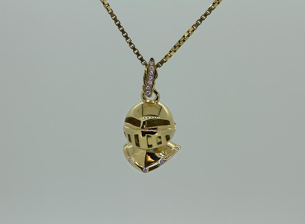 Pendentif en or jaune avec diamants.