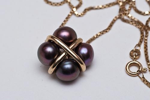Pendentif avec 4 perles.
