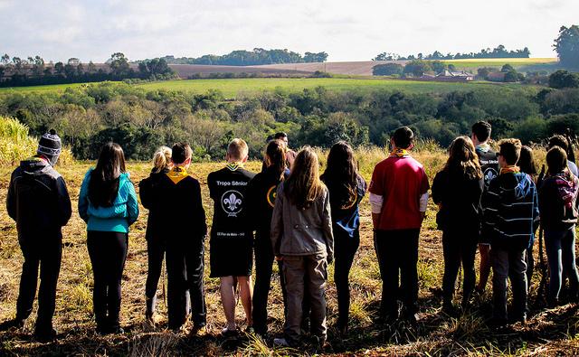 Escoteiros Contemplando a Natureza