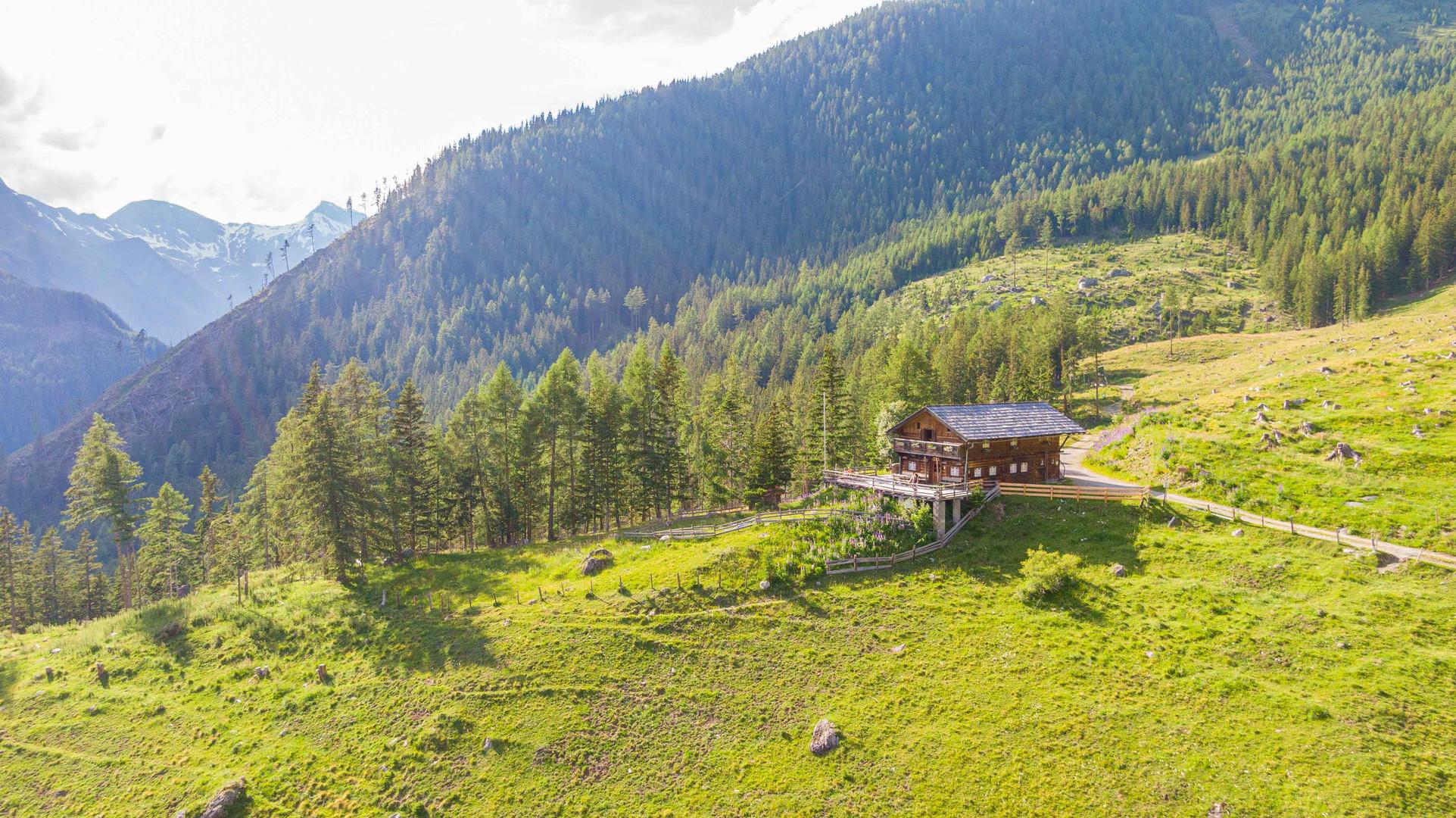 Hütte mit der Geisel im Hintergrund