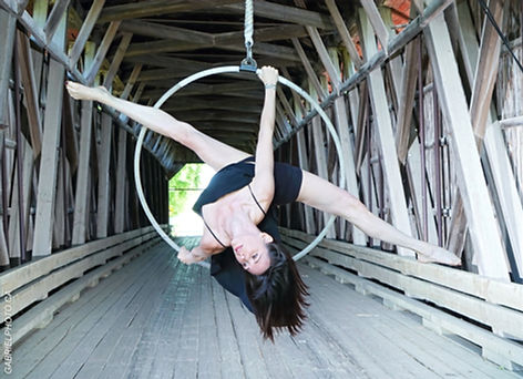 Cynthia St-Amand. Cerceau aérien. Entraîneur de cirque aérien Montréal.