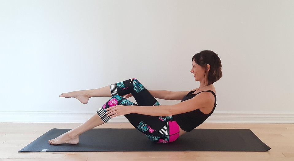 Cynthia St-Amand. Cours de pilates en ligne. Pilates à la maison. Exercice pour les abdominaux. Exercice pour ventre plat.