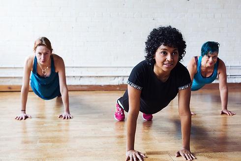 Cours de pilates en ligne en français. Le pilates à plusieurs vertus thérapeutique, il améliore la mobilité de la colonne vertébrale et renforce les muscles qui la supportent.
