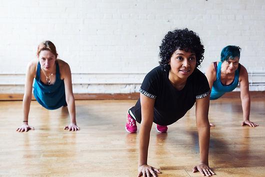 Pilates. Pilates à la maison. Cours de pilates en ligne. Les meilleurs cours de pilates en ligne. Exercice pour les abdominaux. Exercice pour ventre plat. Entraînement pour les femmes. Pilates pour femme. Pilates pour maigrir. Pilates pour mal de dos. Pilates pour athlète.