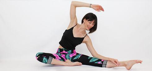 Cours d'essentrics en ligne pour femme. Les cours d'essentrics virtuel en douceur améliore la mobilité, la force, la flexibilité et l'amplitude de mouvement.