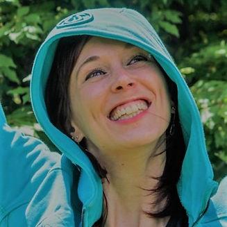 Cynthia St-Amand est une entraîneure de pilates et d'essentrics, elle offre des cours de pilates virtuel en français. Elle propose des entraînements pour femme à faire à la maison.