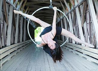 Cynthia St-Amand est une entraîneure de cirque aérien, de pilates et d'essentrics. Elle offre des cours en ligne via sa plateforme d'entraînement en ligne afin d'aider les femmes à garder la forme.