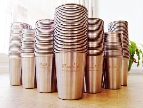 כוסות נירוסטה נערמות.jpeg
