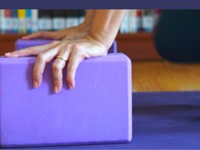 Makna Mendalam Dari Memakai Alat Bantu Saat Latihan Yoga