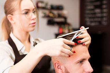 trabajador-profesional-peluqueria-hacien