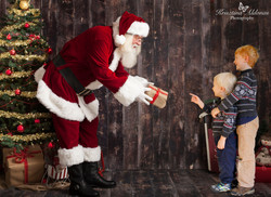 santa-handing-present-with-tree-download