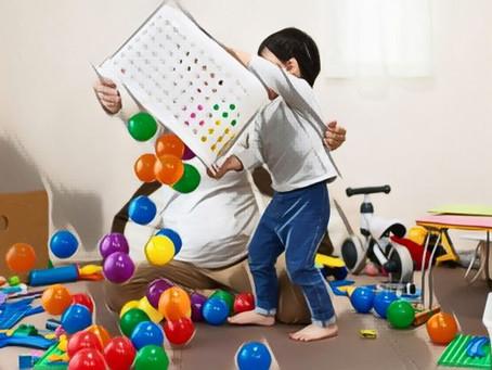 Les enfants qui jouent (et rangent)