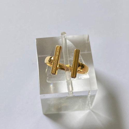 Anel semijoia banhada a ouro em formato de H.