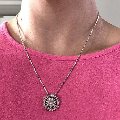 Colar semijoia folhada em ródio com pingente de botão de zircônias cor de rosa