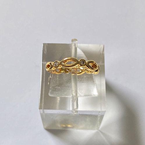 Anel semijoia banhada a ouro com detalhes vazados e zircônias