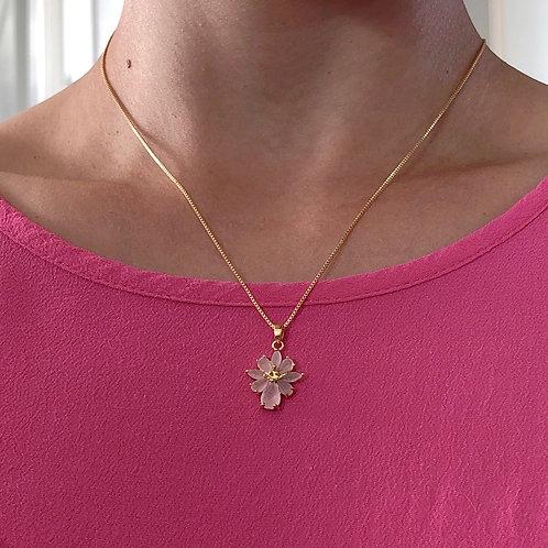 Colar semijoia folheado a ouro com pendente de flor de zircônias cor de rosa