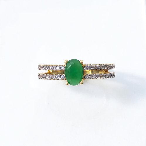 Anel semijoia folheada em ouro cravejado de zircônias e pedra verde