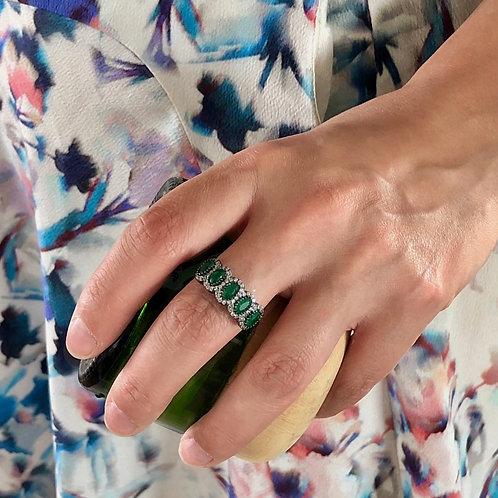 Anel banhado em ródio negro com zircônias brancas e verdes