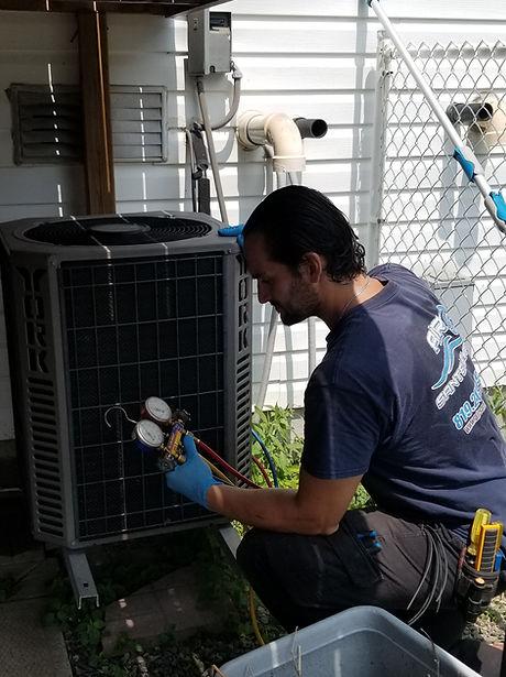 un technicien qui répare un climatiseur