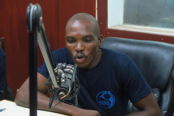 Gravações da radio-novela na Rádio Nacional de STP. © Programa Tatô