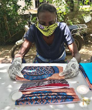 Produção de máscaras faciais reutilizáveis. © Sara Vieira