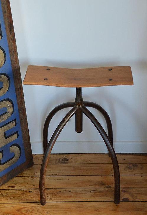 Industriële kruk met een unieke lichtgebogen houten zitting