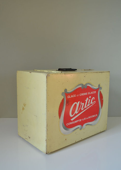 Vintage ijskoffer met reclame van Artic en takszegel