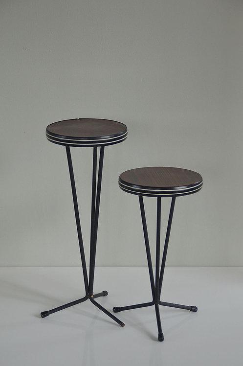 Set van 2 bijzettafels met formica blad en metalen voet
