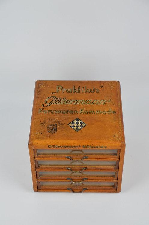 Prachtige antieke garenkast met langs alle zijden reclame voor Gütermann, jaren '30