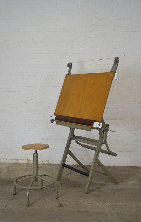 Karaktervolle antieke tekentafel met verstelbare atelierkruk