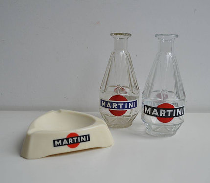 Karaffen en asbak met reclame Martini