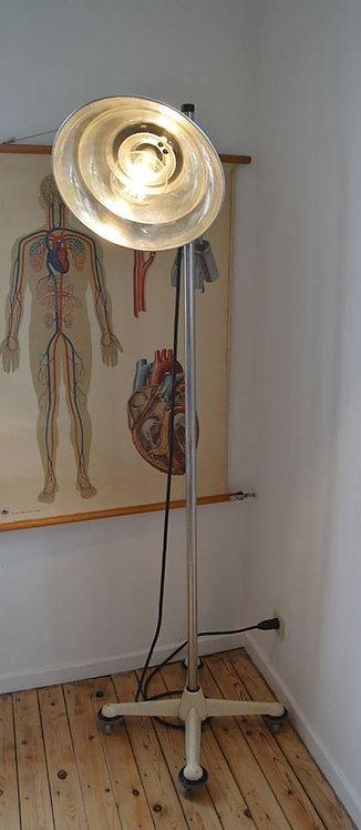 Industriële vintage lamp uit een dokterskabinet in mooie staat