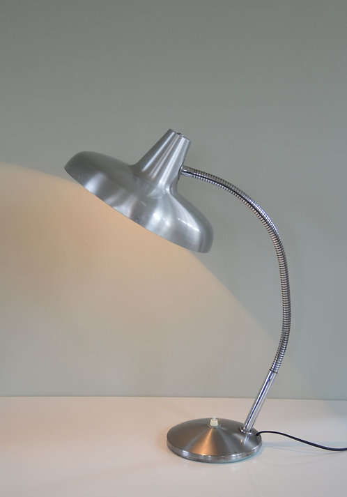 Prachtige vintage bureaulamp met een grote kap in geborsteld aluminium