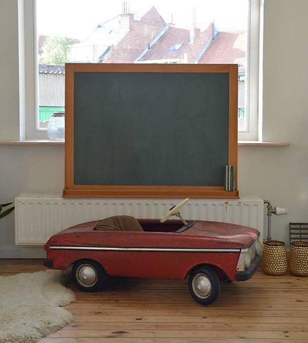 Schoolbord met sierlijke houten omranding en bordveger