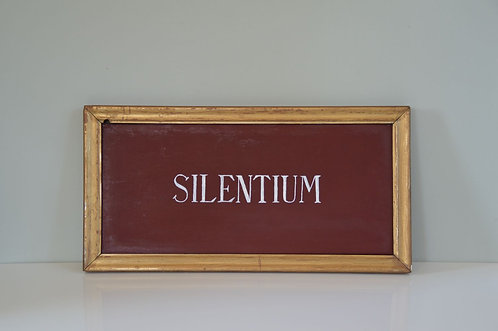 Antiek bord uit processie met opschrift 'Silentium'