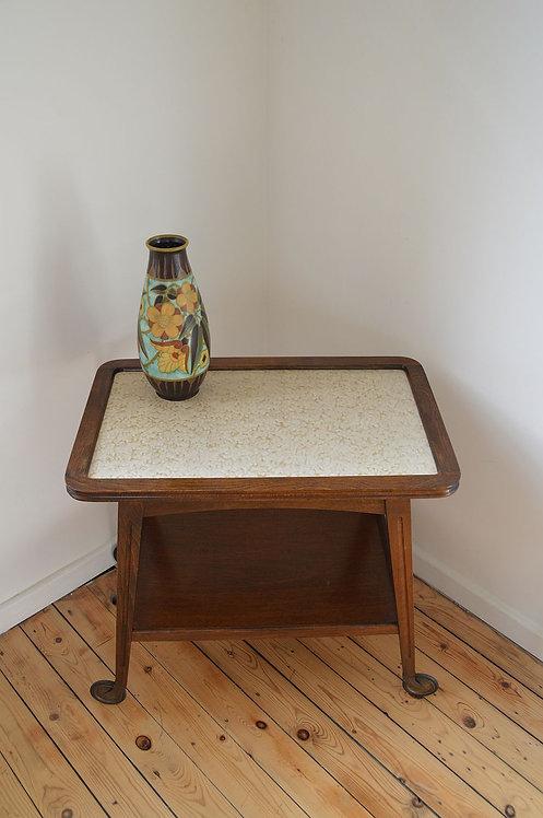 Prachtig houten serveertafeltje met keramisch blad op elegante wieltjes