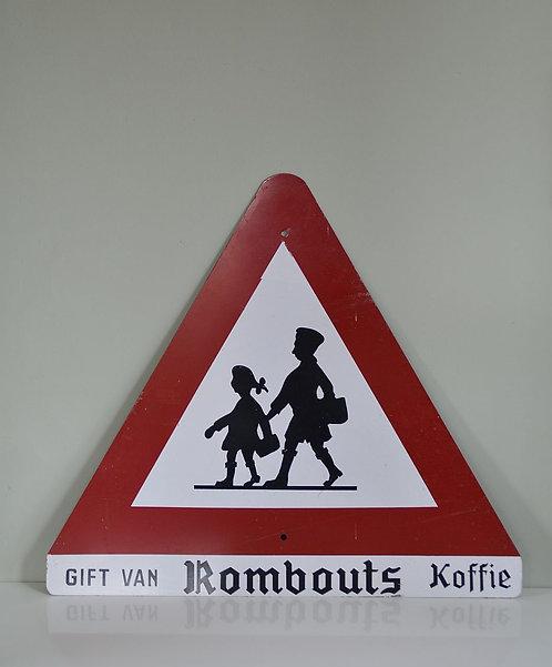 Metalen verkeersbord voor overstekende kinderen, geschonken door Rombouts koffie