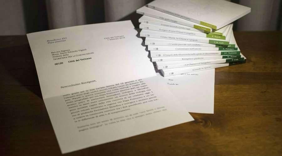Foto alterada de una carta del Papa Emérito Benedicto XVI, publicada el 12 de marzo por la Secretaría para la Comunicación del Vaticano. Foto: Vatican Media