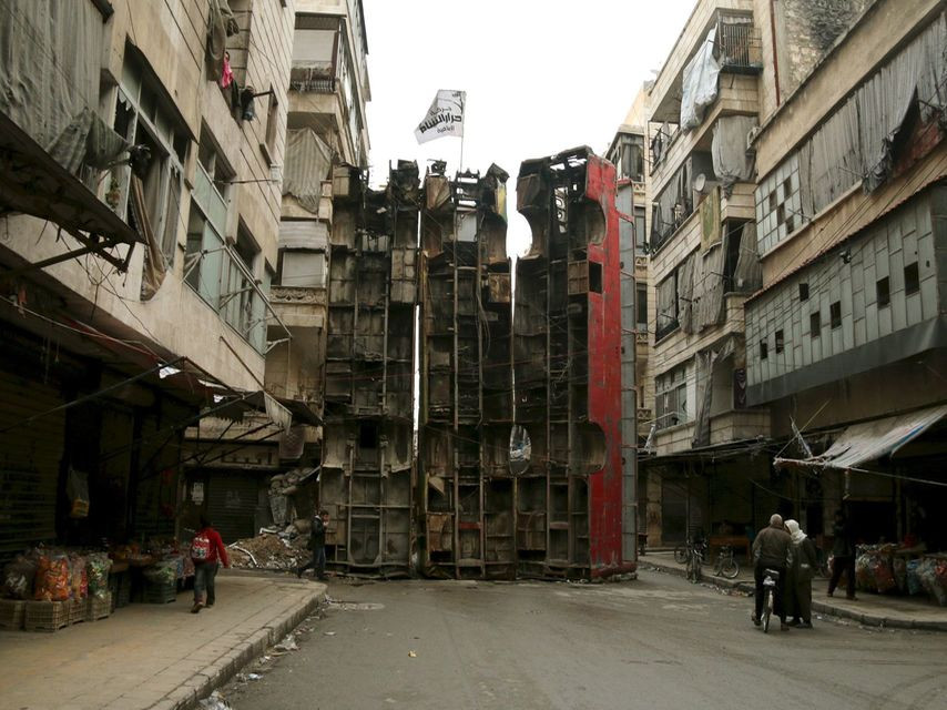 Autobuses sirven de barricada contra tiradores en Alepo. Ammar Abdullah Reuters