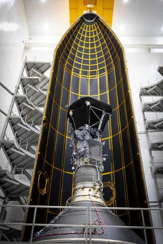 Sonda Solar Parker de la NASA en el interior de la mitad de su carenado 62.7 pies de altura. Créditos: NASA / Johns Hopkins APL / Ed Whitman